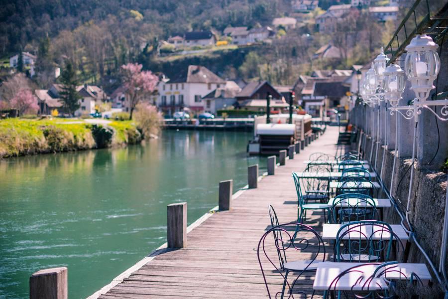 Terrasses au bord du Canal de Savières