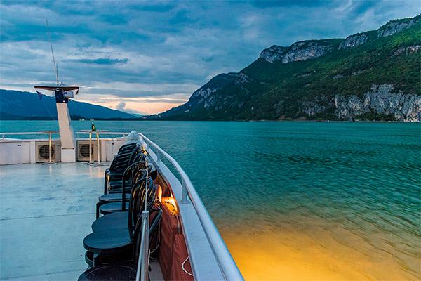 Croisière sur le Lac d'Aix-Les-Bains à la tombée de la nuit