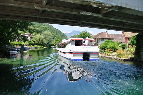 Passage d'un bateau sous un pont en Savoie