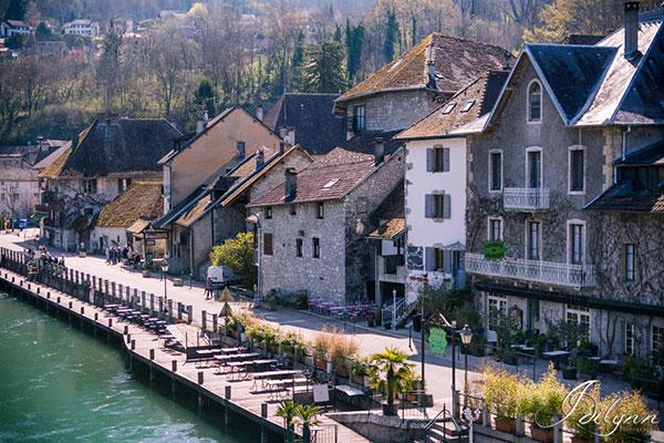 Maisons au bord du canal de Savières