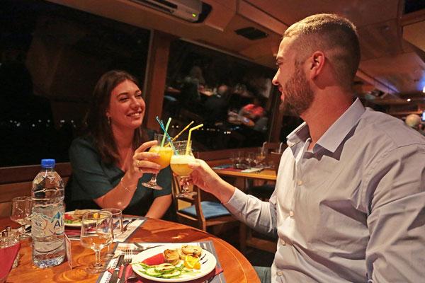 Couple dînant à bord d'un bateau
