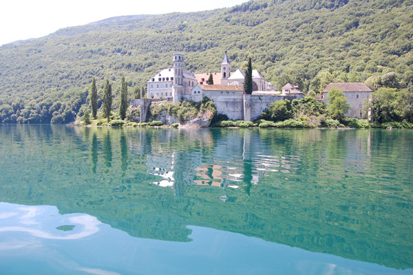 Abbaye d'Hautecombe vue du lac du Bourget